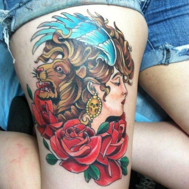 Oberschenkel Tattoo Löwe Frau Rose