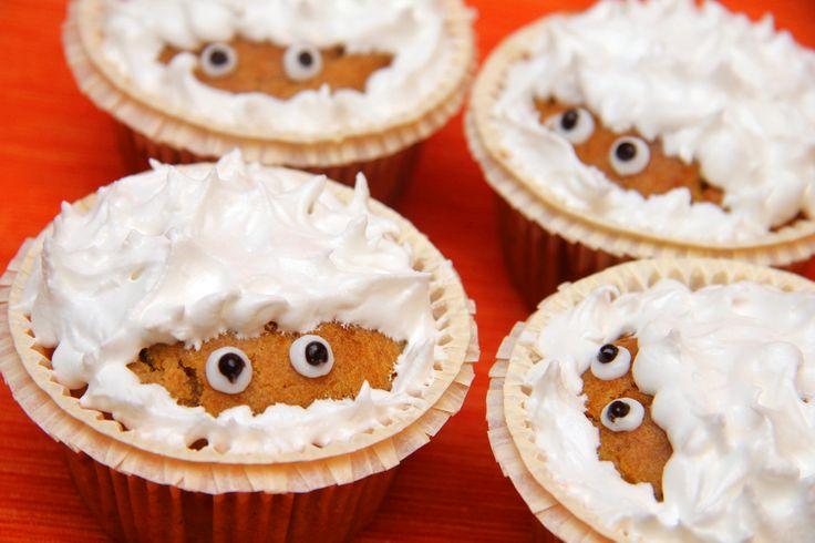 Przepis na muffinki z dyni na Halloween: Czy w muffinkach kryje się zły duch? Te muffinki podane same absolutnie nie są słodkie, ale wraz z cukrową dekoracją mają taki pyszny smak, jak pierniki! Przygotowuje się je najczęściej na Halloween, ale dzieci uwielbiają te ciasteczka przez cały rok! Wypróbuj ten przepis!