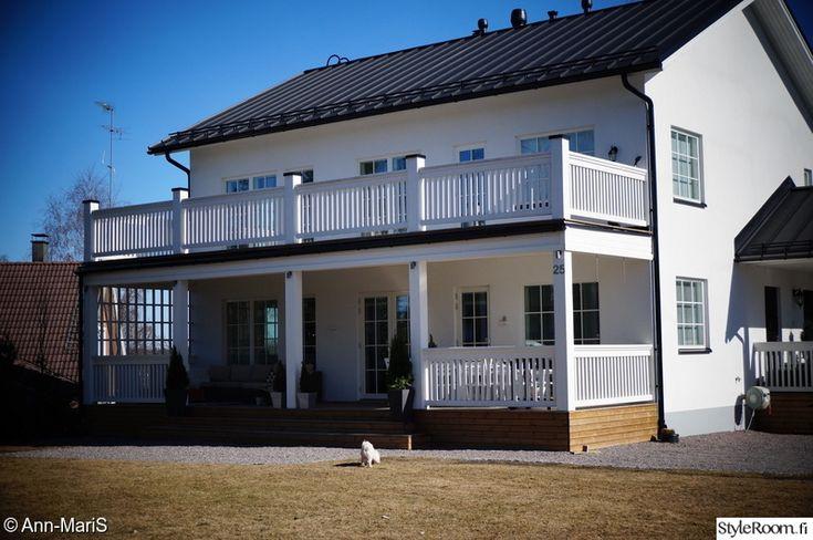 koti,kivitalo,valkoinen talo,puukaiteet,iso terassi