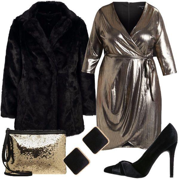 Questo outfit è pensato per una donna curvy che vuole festeggiare il Capodanno brillando e sentendosi sexy. Il vestitino dorato con maniche a 3/4 ha un profondo scollo incrociato e insieme alle décolleté dal tacco alto, rigorosamente a pianta larga, non vi faranno passare inosservate. Un piccolo tocco di nero e oro per gli orecchini a bottone, la clutch tempestata di pailettes e l'avvolgente giaccone in ecopelliccia nera per il freddo all'esterno.