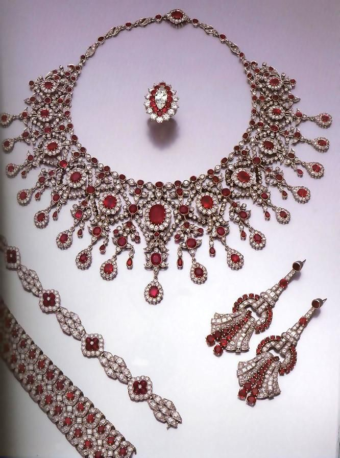 A parure (matching set) of diamonds and rubies. Parures were especially popular during the Regency/Empire.