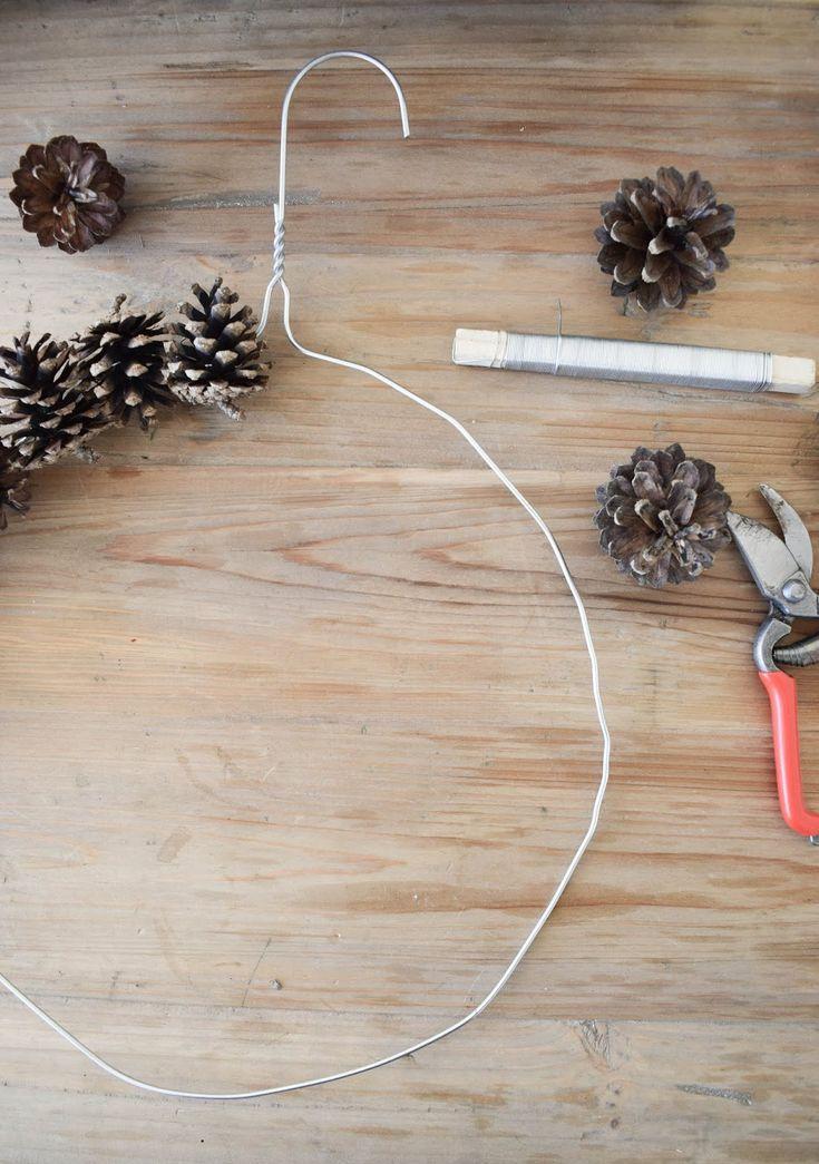 Kranz binden mit Zapfen für Herbst Weihnachten mi…