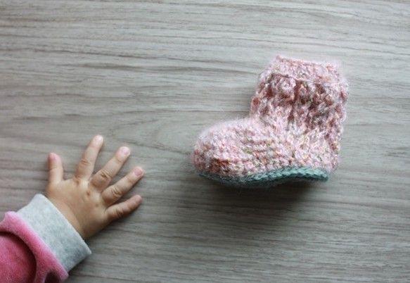 ピンクをベースにグリーン、オレンジなどのネップが入ったふわふわの糸を使用してベビー用のケーブル編みブーツを作りました。ソールは少しくすんだ水色とグリーンの中間...|ハンドメイド、手作り、手仕事品の通販・販売・購入ならCreema。