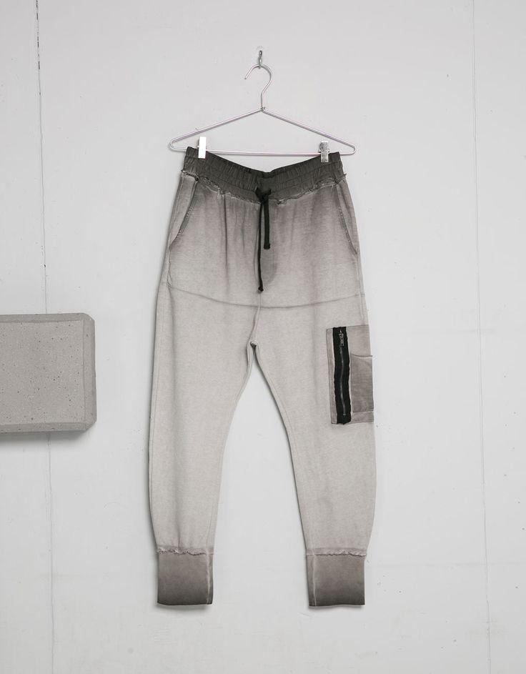 Pantalón felpa degradados detalle bolsillo puño en bajo. Descubre ésta y muchas otras prendas en Bershka con nuevos productos cada semana