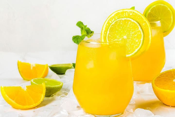 A Fruity Party Punch that's loved by both kids and adults! This drink is full of citrus flavors. It's the perfect easy punch recipe. Refreshing Drinks, Summer Drinks, Caramelised Onion Tart, Yummy Smoothie Recipes, Drink Recipes, Easy Punch Recipes, Banana Chocolate Chip Muffins, Fruit Water, Oranges And Lemons