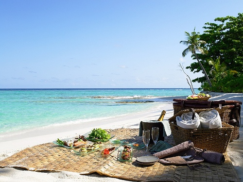 picnic by the beachFavorite Places, Resorts, Summer Picnics, Magic Places, Soneva Fushi, Picnics Baskets, Honeymoons, Beach Picnics, Beach Life