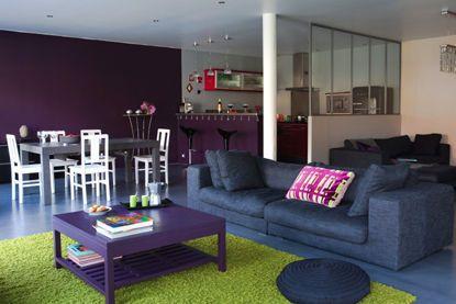 Cuisine ouverte sur le salon, violette !