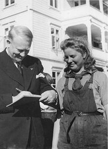 """Vidkun Quisling mentre firma un autografo nel 1943: fu probabilmente il collaborazionista più noto dell'epoca, tanto che il suo cognome è divenuto, in molte lingue, sinonimo di """"traditore"""""""