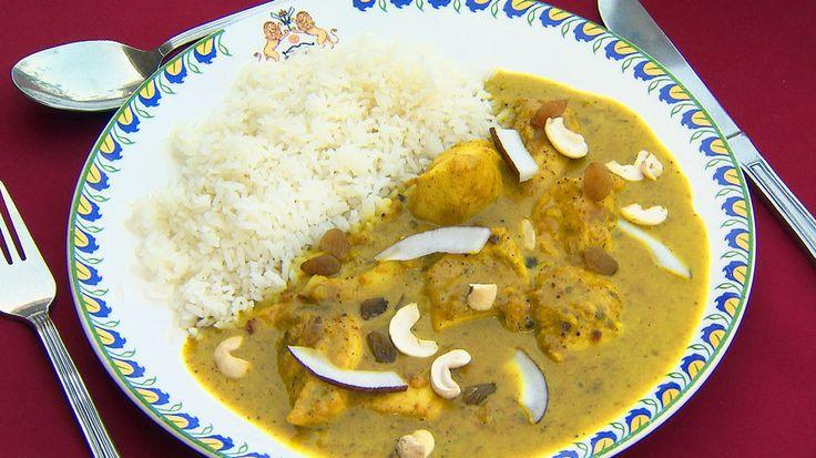 Kylling Korma - Server med ris og topp med revet kokos og rosiner. Oppskrift av Sarita Sehjpal.