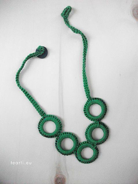 Tea30. Collana realizzata a mano con la tecnica dell'uncinetto con applicazioni in perline blu/verdi. Da Tearti