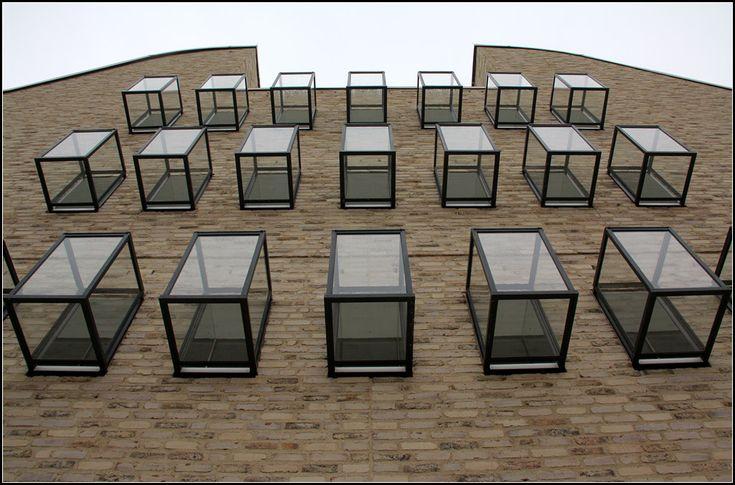 . Neubau bischöfliches Ordinariat Diözese Rottenburg-Stuttgart in Rottenburg am Neckar. Auffällig an der Hauptfassade sind die kleinen Fenster mit den vorgesetzten gläsernen Quader. 01.05.2013 (Matthias)