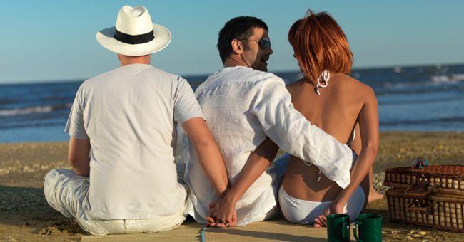 Al principio de la relación, muchas mujeres creen que nunca va a engañar a su amado. Sin embargo, en la vida hay diferentes situaciones, y las relaciones previamente felices pueden cambiar dramáticamente. ¿Qué puede realmente empujar a una mujer a la infidelidad? Aquí están 5 de las causas más comunes y verdaderas de la infidelidad …