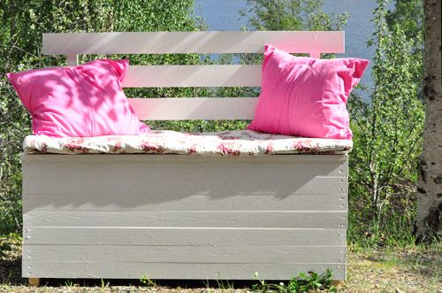 DIY cushion storage bench. Instructions in Swedish.