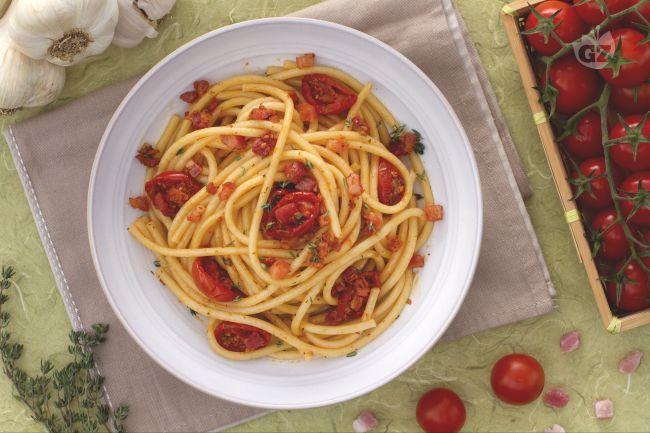 I bucatini con pomodorini confit e pancetta sono un primo piatto saporito e gustoso con sfiziosi pomodorini confit e succulenti dadini di pancetta.