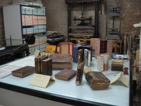 L'atelier - Alchimie du livre, Restauration livres anciens et arts graphiques, Reliure, Calligraphie, Dorure, Bourgogne, Artisan, Relieur