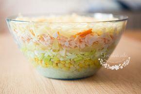 Vrstvený salát doporučujeme připravovat do skleněné mísy, ať se podíváte jak hezky vypadá, je to pastva pro oči. Vrstvený salát je totiž opravdu výborný.