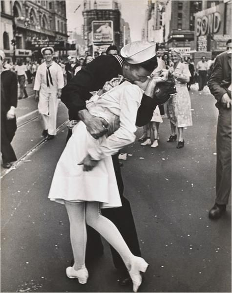 On August 14, 1945, at seven o'clock, U.S. President Harry S. Truman announces that Japan had surrendered unconditionally, ending World War II. Crowds spontaneously took to the streets.: World War, A Kiss, First Kiss, Time Squares, New York Cities, The Kiss, Famous Photo, Life Magazine, Alfred Eisenstaedt