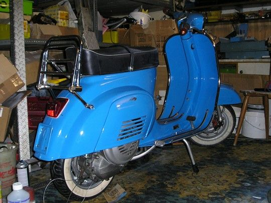 Fotos einer Vespa V50 Spezial in der Lackierung RAL 5015 Himmelblau