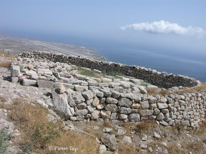 Thera (l'ancienne) face à la mer fut la principale base de la flotte égyptienne ptolemaïque de la mer Egée jusqu'en -145 De cet endroit on peut voir la piste d'atterrissage des avions d'aujourd'hui (3000 ans plus tard !).