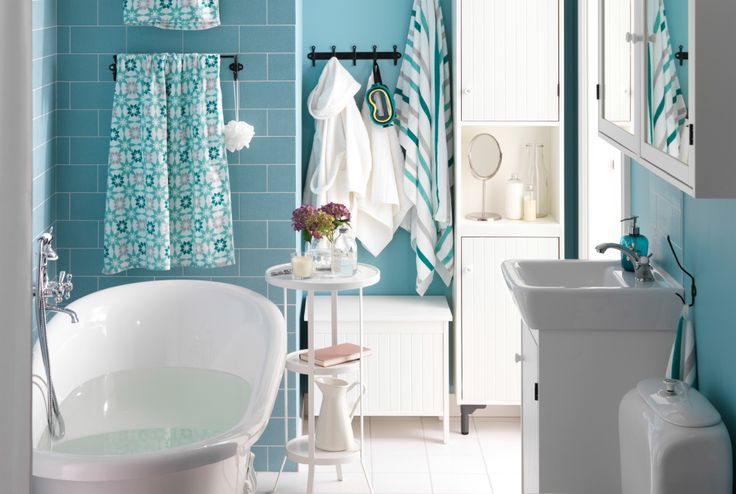 Badkamer wit met aquablauw met badkamermeubels van #IKEA