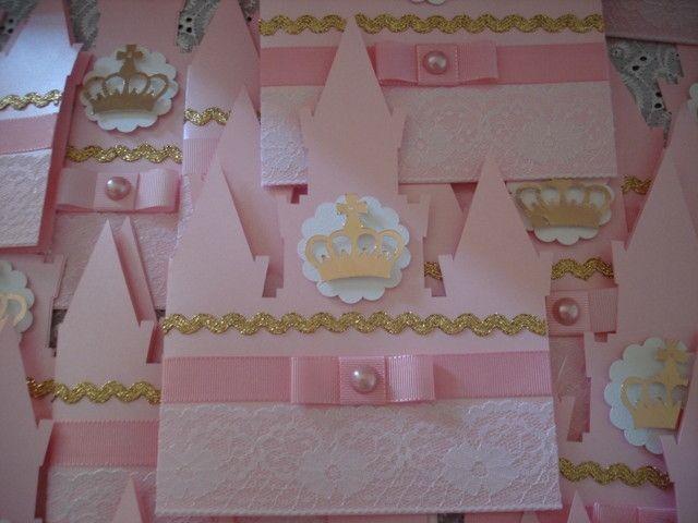 LINDO CONVITE!!!! <br> <br>Convite castelo em papel rosa metálico gramatura 120g, decorado com fitas e rendas, com aplique em scrap coroa dourada. Parte interna impressa em papel couché 180g. Acompanha tag com o nome do convidado. <br> <br>Um convite para encantar seus convidados! <br> <br>Pedido mínimo 20 unidades