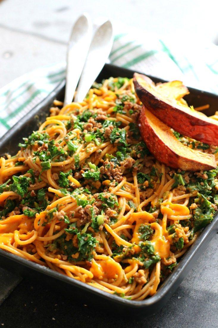 Toen ik nog een halve pompoen over had en op zondagochtend wakker aan het worden was, bedacht ik dit recept. Een pasta saus met pompoen en natuurlijk ook voldoende tomaat. Extra van dit seizoen door d