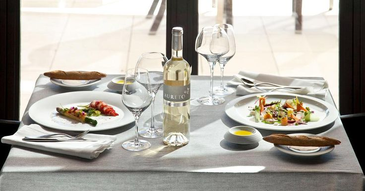 Did someone say alfresco lunch with a chilled glass of wine? Loving this set up from @hering_berlin - browse the stunning handmade porcelain collections on our site. Get in touch to create bespoke designs unique for a hotel, restaurant or residence.