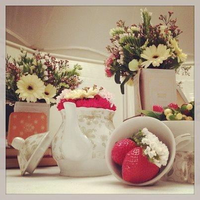 Shabby Chic. Más detalles de nuestra mesa Shabby Chic. Teteras, tazas, libros y latas de té, combinadas con frutas rojas y flores silvestres, componen la decoración de esta mesa.