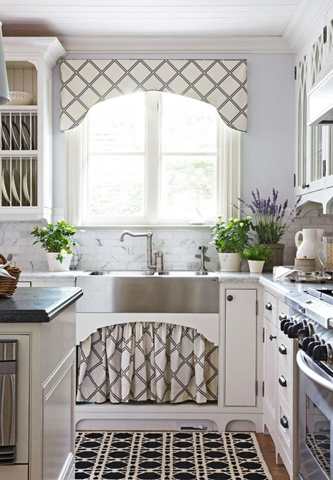 Beautiful stylingKitchens Windows, Cornices Boards, Traditional Home, Under Sinks, Farms Sinks, Farmhouse Sinks, Sinks Skirts, Windows Treatments, White Kitchens