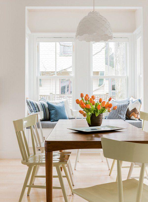 Мягкая скамья под окном на кухне