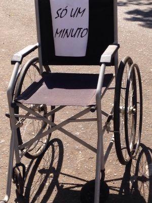 Cadeiras de rodas ocupam vagas de veículos em Jaú: 'Só um minuto' Protesto ironizou 'desculpas' usadas pelos motoristas.  Ato faz parte de campanha de conscientização.