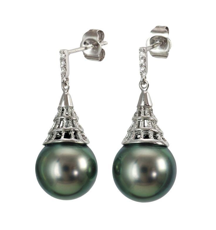 Luksusowe kolczyki z perłami Tahiti, w ażurowej oprawie z białego złota zdobionej brylantami. Dodadzą szyku i klasy każdej stylizacji. Będą również  fantastycznym pomysłem na elegancki prezent dla Wyjątkowej Osoby.