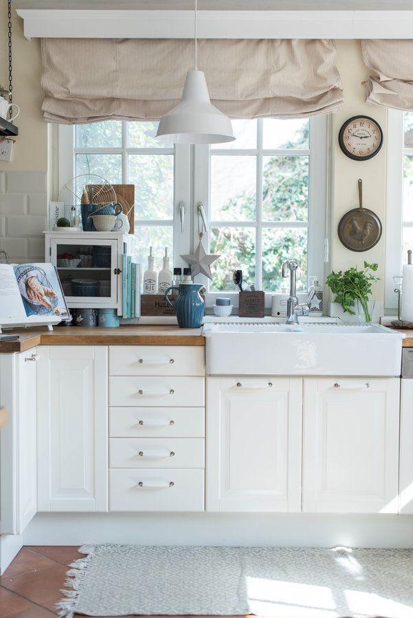 Unsere Küche verändert sich farblich ständig - jeden Monat zeige ich sie auf meinem Blog. Manchmal gibt`s nur kleine Veränderungen, manchmal auch größere (Lampentausch etc.)