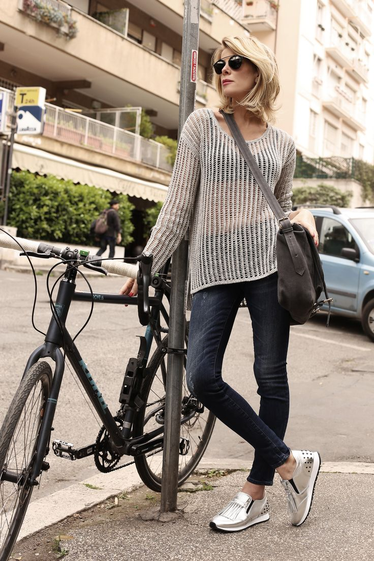 #Buongiorno pinelli...  iniziamo la settimana con un #look casual e sportivo, ma con un tocco #sexy.. Vi aspetto stasera Emoticon smile #LaPinella #rete #buonlunedì #jeans #sneakers #marksandangels #bag http://www.lapinella.com/2016/05/02/jeans-e-sneakers-inizia-una-nuova-settimana/