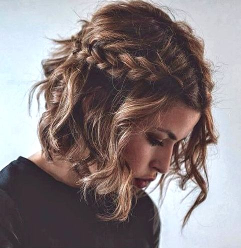Carré froissé + large tresse = une coiffure idéale pour twister les tenues classiques, voire strictes