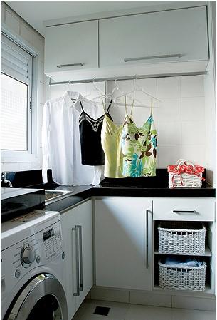 Lavanderia pequena a solução para usar cada espaço e um cabideiro na parede, onde pode colocar os cabites com as peças ja lavada e dentro os produtos como sabão em po, e os demais