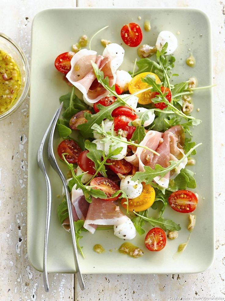 Salade de roquette, tomates cerises, mozzarella et jambon cru - Une salade d'été aux saveurs d'Italie qui régalera toute la tablée !
