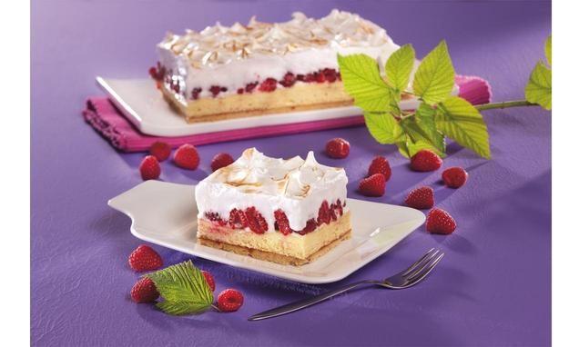 Blechkuchen aus Biskuitmasse mit Pudding-Himbeer-Belag und Schaum-Masse