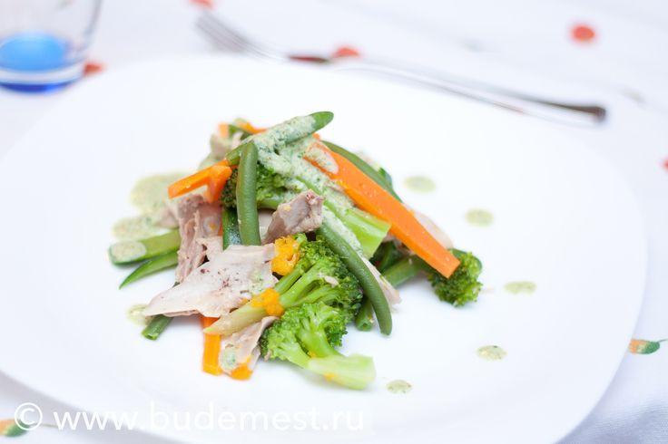 Такой салат вполне может быть полноценным обедом или ужином. Готовим Теплый салат из курицы с овощами.  Сложность: средне Время: 1 ч 30 мин Порции: на 2 Одна порция: 537 ккал  Ингредиенты:  — Курица 400 гр — Капуста брокколи 100 гр — Морковь 100 гр — Кабачок 100 гр — Тыква 100 гр — Стручковая фасоль 100 гр — Сок лимона 40 мл — Каперсы 20 гр — Огурец маринованный 30 гр — Шалфей по вкусу — Петрушка по вкусу — Йогурт натуральный 3,2% 20 гр — Майонез Провансаль 20 гр — Лавровый лист 1 шт. — Соль…