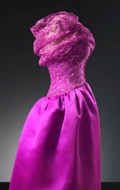Cristóbal Balenciaga, robe et manteau de cocktail en dentelle noire, ceinture corselet rose