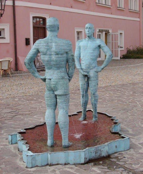 Hombres orinando de David Cerny, Museo de Praga (República Checa).