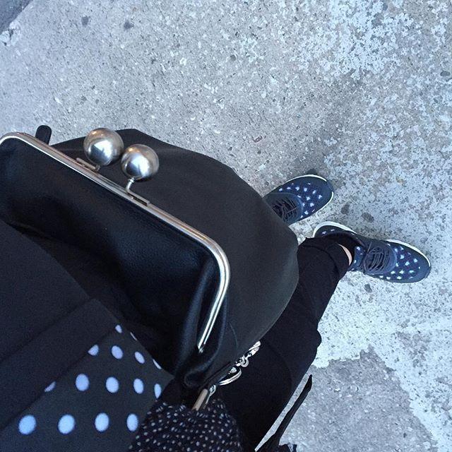Ich war heute gefleckt und gepunktet unterwegs😁 Bequeme #Sneakers waren ein muss- von 11-17 Uhr fast nur rumgestanden 😅 #handbag #handtasche  #picard  #schuhe #nike  #ootd #bloggerontour #blogger_de #blackandwhite #bloggerevent #dots @picard_lederwaren_official #mypicard