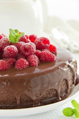 Тройной шоколадный чизкейк для Оли.))))  Для основы: - 150 г шоколадного печенья, - 5-6 ст л растопленного сливочного масла,  Для сырной основы: - 500 г сыра филадельфия, - 150 г маскарпоне, - 150 г темного шоколада, - 150 г сахара (желат. коричневого), - 2 яйца, - 1,5 ч л кукурузного крахмала, - 2 ч л какао.  Для ганаша: - 100 г шоколада, - 80 мл жирных сливок, - малина.