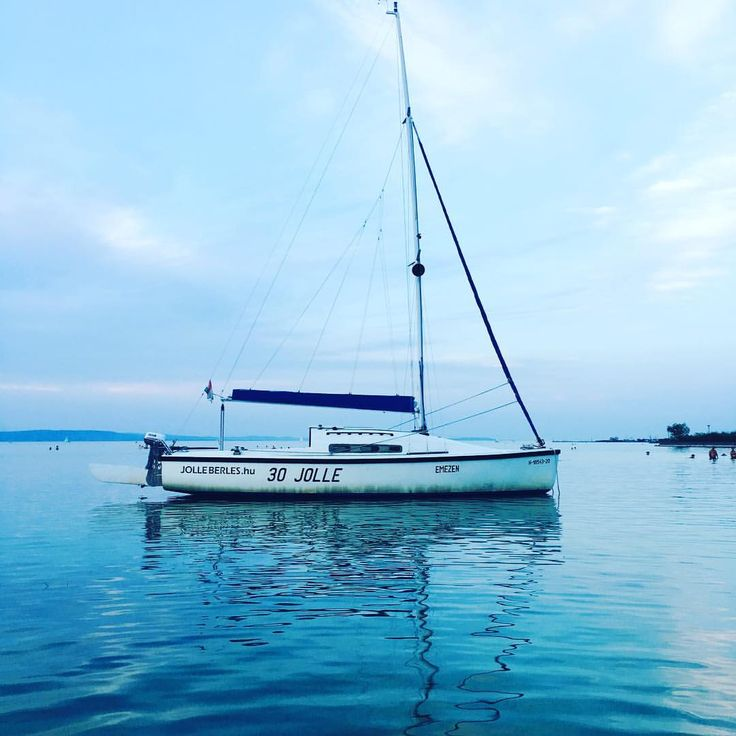 "8 kedvelés, 2 hozzászólás – Hanging Lens (@hanginglens) Instagram-hozzászólása: ""Sailboat on Balaton ⚪️⚫️ #boat #sailboat #sail #beach #water #balaton #sight #blue #sky #cloud…"""