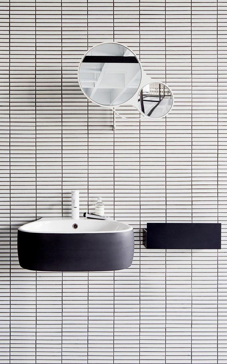 salle de bain graphique noire et blanche #whitetile #roundmirror #black #nice…