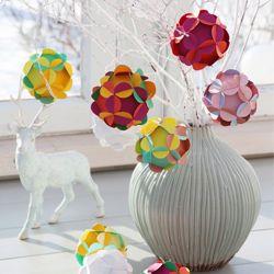 Habillez votre arbre de Noël avec ces fleurs en volume, chacune constituée de modules en papier imbriqués les uns aux autres, le tout sans la moindre colle. Grâce à notre pas à pas détaillé, ...