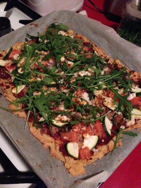Zelfgemaakte pizza van kikkererwtenmeel!