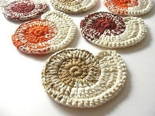 """Shells. These are coasters... but I would put them on the """"sand"""" in my bedroom. Making them of different colors and different weights of yard to make different sizes, even embroidery floss to make tiny ones.Shells Crochet, Beach House, Crochet Coasters, Crochet Projects, Beige Terracotta, Shells Coasters, Nautilus Shells, Crochet Pattern, Crochet Inspiration"""