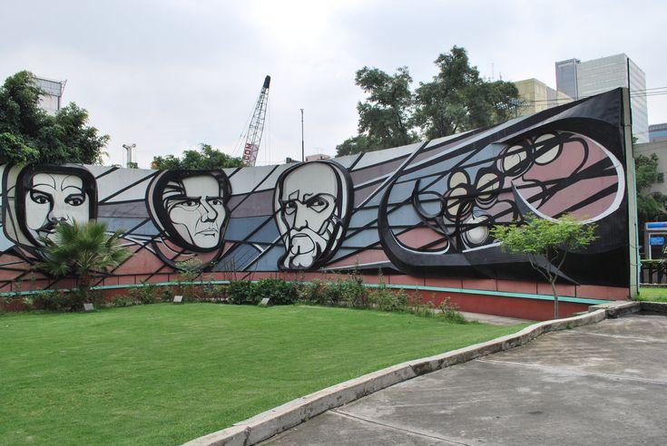 Sección de la barda (exterior) del Polyforum Cultural Siqueiros. Retratos de José Guadalupe Posada, Leopoldo Méndez y Gerardo Murillo