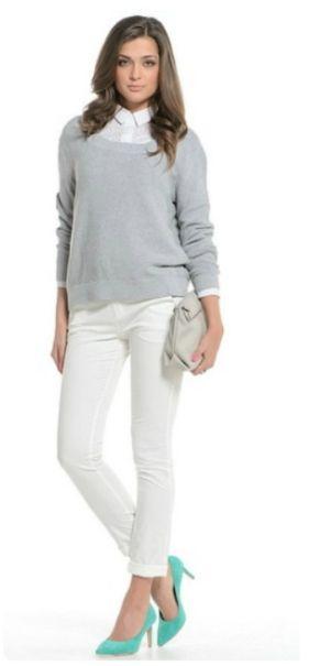 Белые брюки, белая рубашка, пуловер, зеленые туфли